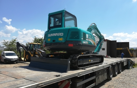 Midi excavator Sunward SWE70B livrare